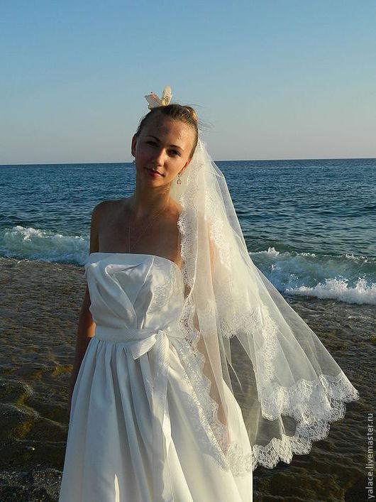 """Воздушная свадебная фата""""Sinti"""" подарит Вам сказочные ощущения прекрасного.Фата выполнена из мягкого фатина цвета айвори и французского кружева того же цвета"""