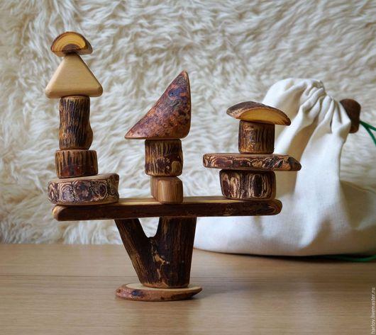 Вальдорфский Конструктор выполнен из разных пород дерева (клен ясенелистный, пихта, дуб, липа, вяз), обработанных пчелиным воском и льняным маслом (природные антисептики).