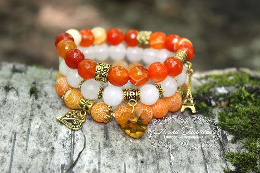 Фото комплекта браслетов из натуральных камней с подвесками. Комплект браслетов из агата ручной работы.