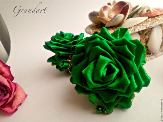 """Серьги ручной работы. Ярмарка Мастеров - ручная работа. Купить Серьги в технике канзаши """"Изумрудная роза"""". Handmade. Изумрудный, атлас"""