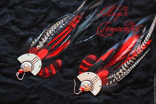 Серьги ручной работы. Ярмарка Мастеров - ручная работа. Купить Яркие красно-черные серьги из перьев.. Handmade. Ярко-красный