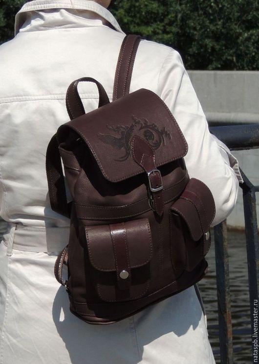 В этом рюкзаке удобство в эксплуатации на первом месте — в наличии пять карманов, которые позволяют разложить «по полочкам» нужные вещи, удобные широкие лямки равномерно распределяют нагрузку.