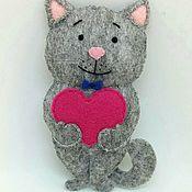 Мягкие игрушки ручной работы. Ярмарка Мастеров - ручная работа Кот с сердечком в руках. Handmade.