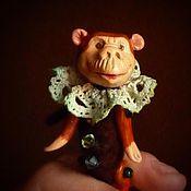 Сувениры и подарки ручной работы. Ярмарка Мастеров - ручная работа хитрая цирковая обезьянка, сувенирная фигурка из полимерной глины. Handmade.