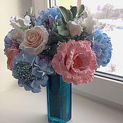 Букет из гортензии и роз в бирюзовой вазе
