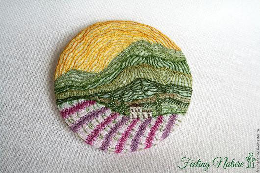 Оригинальная бохо брошь из ткани с вышивкой Утро в горах. Лаванда, утро, горы. Feeling Nature броши серьги кулоны. Ярмарка мастеров