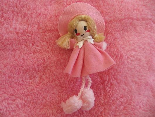 Аппликации, вставки, отделка ручной работы. Ярмарка Мастеров - ручная работа. Купить Очаровательная куколка с пумпонами-ножками. Handmade.