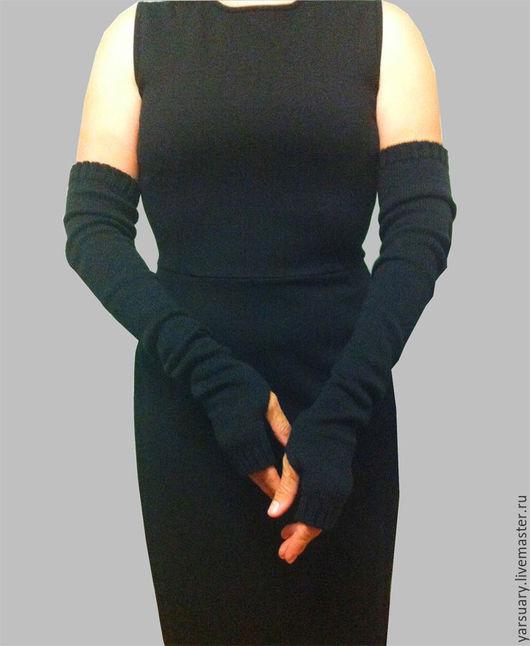 Митенки-рукава вязаные станут отличным модным дополнением к меховому жилету, к шубе ,к любой одежде с рукавом `три четверти`.Митенки-рукава длинные с открытыми пальцами связаны из мягкой тонкой шерсти
