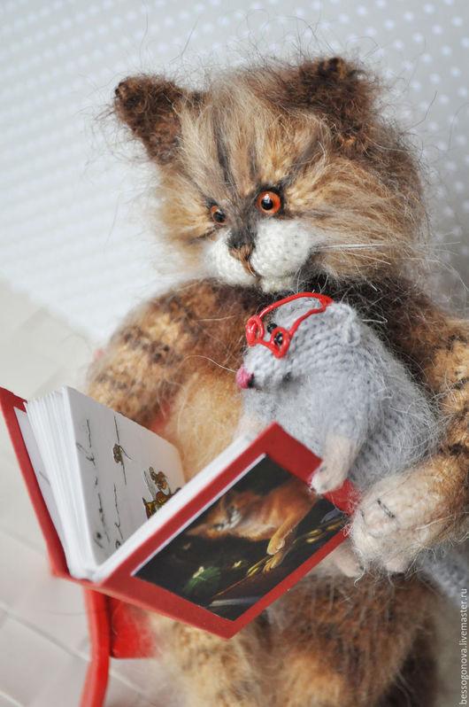 Авторская вязаная игрушка ЗАЧИТАЛИСЬ КОТ С МЫШОМ Рост кота 23-25 (возможен больший размер) Выполнены спицами и крючком из натурального мохера и шерсти, глазки кота стеклянные. Внутри проволочный ка