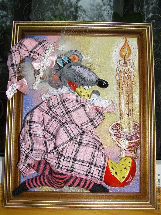 мышка лакомится сыром при свете свечи, фон (свеча и свет) -роспись акварелью по ткани