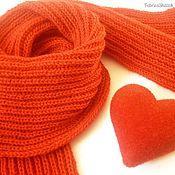 Красный теплый шарф, связанный вручную