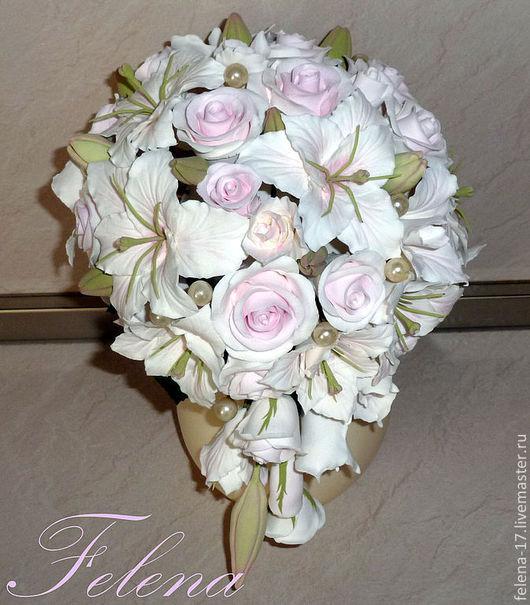 Каскадный букет невесты в портбукетнице.   Букет может быть дополнен бутоньеркой, цветами в прическу и другими аксессуарами.