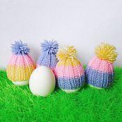 Подарки к праздникам ручной работы. Ярмарка Мастеров - ручная работа Полосатая шапочка с помпоном для яйца, украшение на пасху. Handmade.