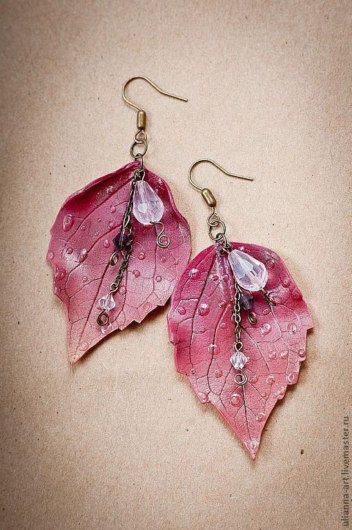 """Серьги """"Осенние листья"""", изготовлены из полимерной глины Fimo с использованием стеклянных граненых бусин и цепочек под бронзу."""
