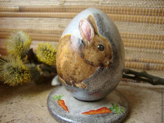 """Яйцо деревянное """"Пасхальный кролик"""" Яйцо деревянное цвета состаренного серебра на подставке- блюдечке, некоторые детали рисунка выпуклые. Выполнено в технике декупаж."""
