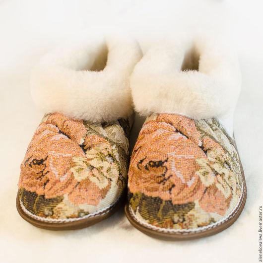 Обувь ручной работы. Ярмарка Мастеров - ручная работа. Купить Женские чуни из овчины гобелен Розы. Handmade. Зимний подарок