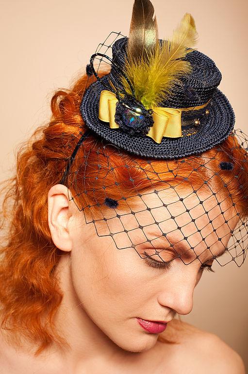 Миниатюрная шляпка на ободке.Благородного синего цвета.Вуалька  т. синяя. Декорирована камнем-стразы , кружевом,перьями,бусинами  и вуалеткой. Очень модный благородный синий цвет шляпки,отлично сочет