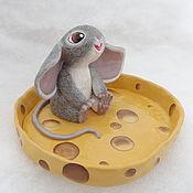 Куклы и игрушки ручной работы. Ярмарка Мастеров - ручная работа Игрушка мышь на тарелке сыра, подставка полимерная глина. Handmade.