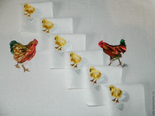 фрагменты вышивки расположнены на скатерти: курица и петух в центре на встречу друг другу,по углам цыплята.по одному цыпленку на салфетках.