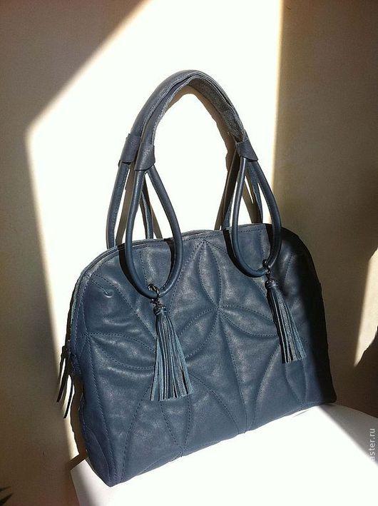 Лёгкая сумка из мягкой кожи с внешней мягкой прокладкой и твёрдой внутренней перегородкой между отделениями для сохранности ноут-нет-ультабука или планшета.