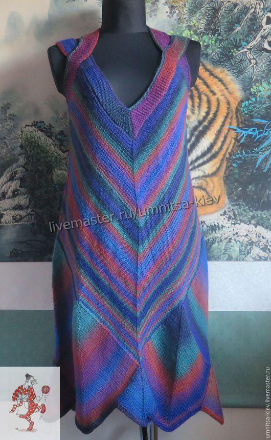 Фото. Вязаный сарафан `Радужное настроение` связан из шерстяной пряжи, окрашенной в разные цвета. Сочетание цветов гармоничное и оригинальное.