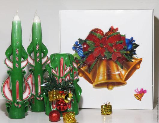 Комплект резных свечей `Новогодний`.  В комплект входят: 2  тонкие свечи высотой  25 см, и одна центральная высотой 18 см.  И оригинальная упаковка, выполнена в ручную.