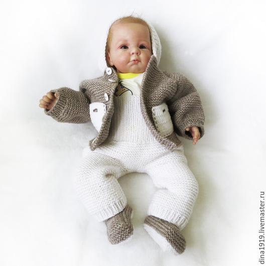вязаный комплект, вязаный костюм, шапочка и пинетки, белый вязаный костюм, комплекты на выписку, комплект для мальчика, кофта с капюшоном, Дина Беляева