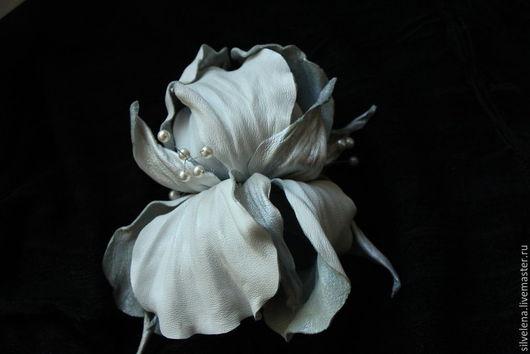 брошь ирис белый изящное украшение брошь цветок кожаный цветок подарок подарок женщине  подарок на день рождения подарок девушке легкое украшение легкая брошь изысканное украшение нарядное