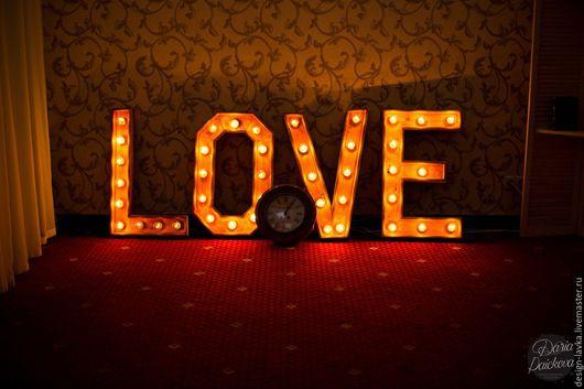 Светящиеся буквы LOVE с ретро часами.