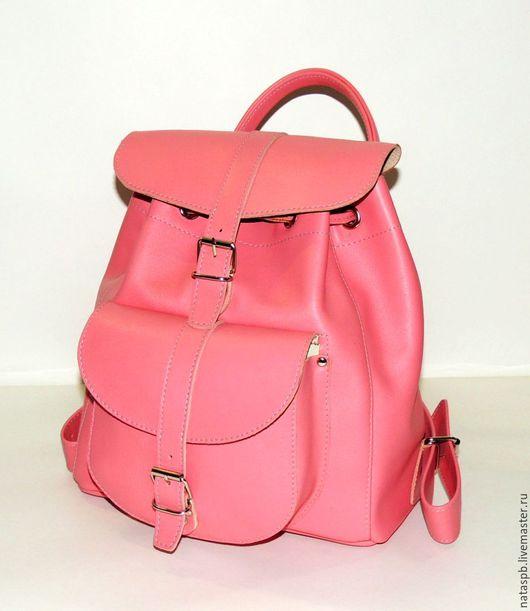 Рюкзачок «Рози» это милый, женственный аксессуар. Не только привлекательный внешне, но удобный и функциональный — плотная подкладка, вместительный карман, широкие кожаные лямки.