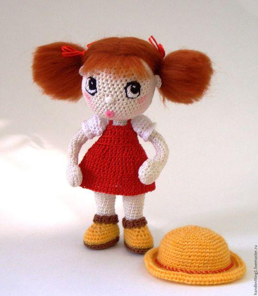 Связанная крючком куколка миниатюра Сестричка Мэй в красном сарафане  из аниме Мой сосед Тоторо. Рост 12 см.