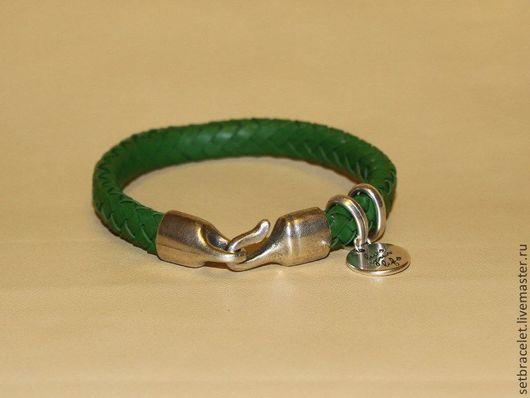 Браслеты ручной работы. Ярмарка Мастеров - ручная работа. Купить Женский кожаный браслет плетенный зеленый, замок крюк, подвеска. Handmade.