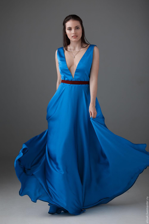 Голубое летящее платье