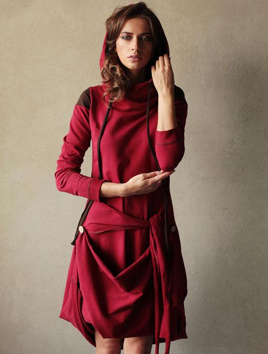Платье `Этника` - элегантный силуэт с завязкой на бедрах и уютным капюшоном. Длину и конфигурацию платья можно изменять. Капюшон и рукава оформлены контрастными вставками.
