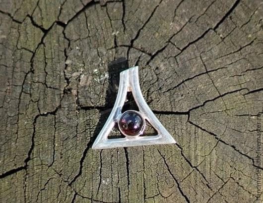 Кулон треугольник с гранатом из серебра 925