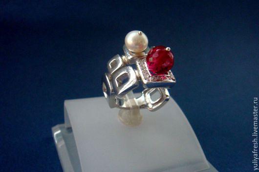 кольцо с жемчугом и красной шпинелью