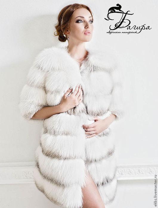 Пальто из меха полярной лисы. Пальто поперечной кладки,перфорированное.Что придаёт облегчённость высокорсовому меху.Стан  на полу облегание. Полочка длиннее спинки с не большой разницей. Застёжка в
