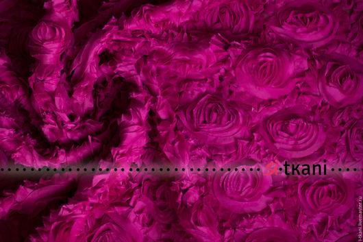 Р006 Ткань фактурная с 3D эффектом `Розы на сетке`. Цвет фуксия.  Китай. Состав 100% п/э. Ширина 120 см. Диаметр розы 8-10 см.