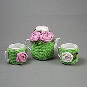 """Чайник и пара чашек в вязаных грелках """"Розовый сад"""""""