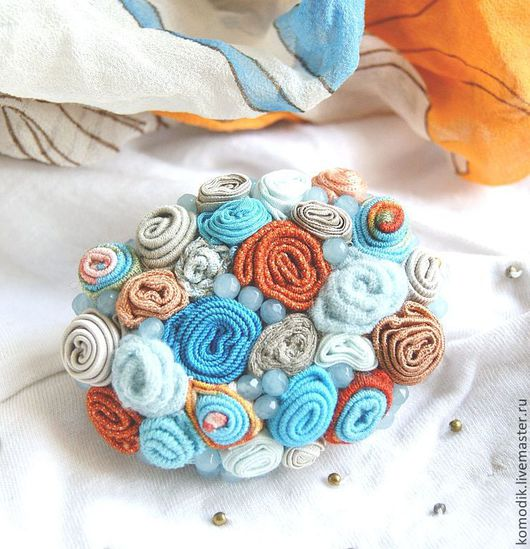 нарядная брошка в голубых, оранжевых и бежевых тонах