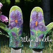 """Аксессуары handmade. Livemaster - original item Варежки валяные """"Аромат весны"""", зеленые варежки с ирисами. Handmade."""