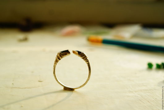 оригинальное кольцо с александритами