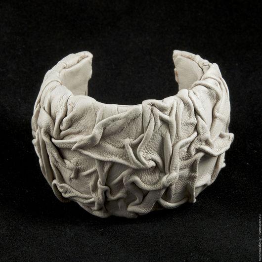 Браслеты ручной работы. Ярмарка Мастеров - ручная работа. Купить Уникальный стильный браслет из натуральной кожи цвета слоновой кости. Handmade.