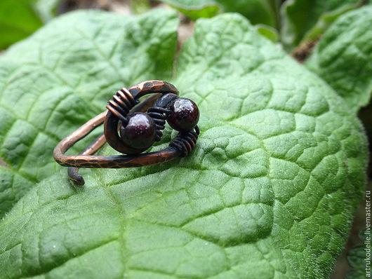 Кольцо медное Ягодки с бусинами граната.  Купить медное кольцо. Безразмерное медное кольцо