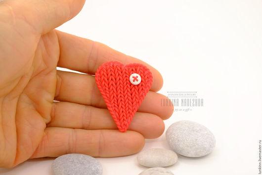 Броши ручной работы. Ярмарка Мастеров - ручная работа. Купить Красная брошь теплое сердце. Handmade. Ярко-красный