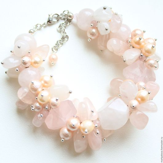 Эффектное украшение на руку - объемный браслет с розовым кварцем и жемчугом.