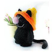 Мягкие игрушки ручной работы. Ярмарка Мастеров - ручная работа Игрушки: котик чёрный вязаный пушистый в шапке. Handmade.