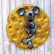 """Магниты ручной работы. Ярмарка Мастеров - ручная работа Магниты:""""Крысёнок с цветами на сыре"""". Handmade."""