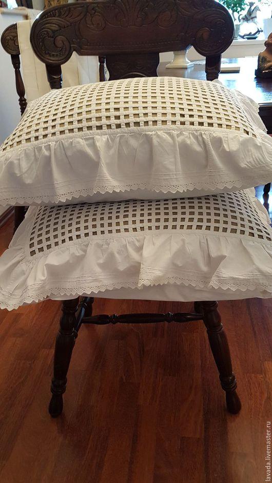 Подушки в цену не входят. Подушки на фото уже, чем нужно. Запросите размер подушек. Если использовать для стула - вкладка-подушка  должна  быть плоской.