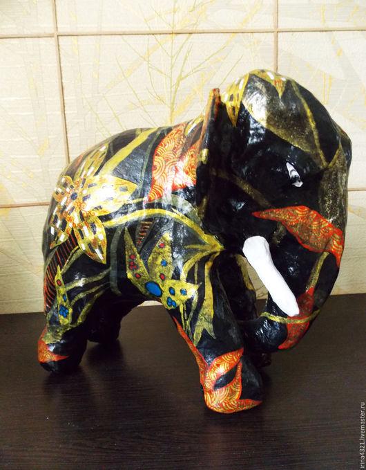Слон. Изделие высотой 30см, длиной 35см. Расписан в стиле `Густава Климта`. Возможны любые стилевые импровизации, а также исполнение любых видов животных.
